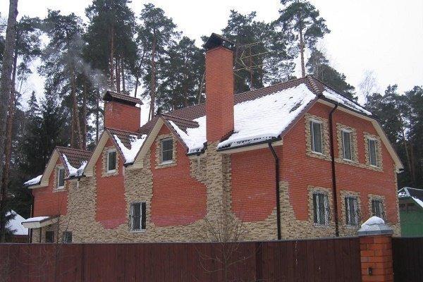 Дом с кирпичной вентиляционной шахтой